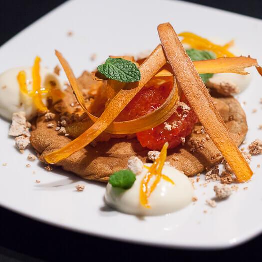 Pancake de carotte, mousse d'orange et amande, oranges confites, chips de carotte, suprême d'orange, croustillant à l'amande et menthe<span>Par Elodie et Leticia</span>