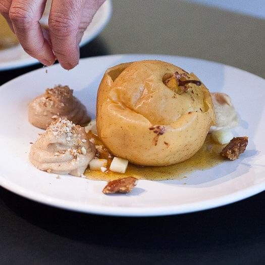 Pomme rôtie, gelée de mandarine à la vanille, brunoise de pomme, crème pain d'épices, pomme et amandes, amandes caramélisées<span>Par Mireille et Laurence</span>